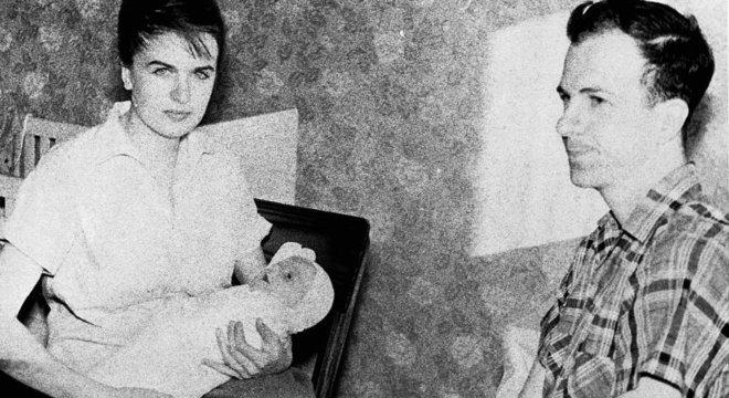 Oswald com a esposa, Marina, e a primeira filha do casal, June Lee