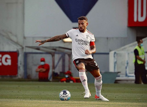 Otamendi - 33 anos - Benfica - Zagueiro: muito experiente e titular do Manchester City durante anos.