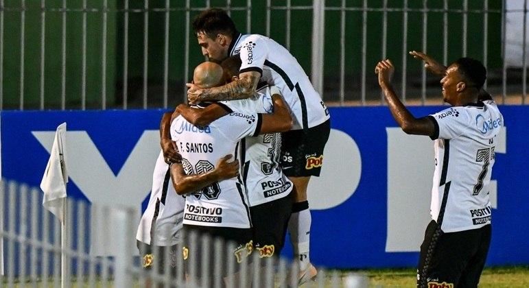 Jogadores do Corinthians comemoram golaço de Otero contra o Retrô