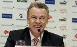 SUIZA FÚTBOL HITZFELD:ZUR254. ZURICH (SUIZA), 03/03/08.- El entrenador alemán del Bayern Munich Ottmar Hitzfeld atiende a los medios en el aeropuerto de Zurich, Suiza, el 3 de marzo de 2008. Hitzfeld será el nuevo seleccionador suizo a partir de julio, después de la Eurocopa. EFE/Steffen Schmidt