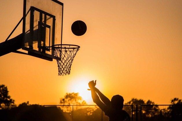 Outra atividade divertida imita o basquete. É só pegar um cesto de roupas, balde ou até mesmo um lixo (lembrando, tudo higienizado) e algumas meias enroladas em forma de bolinhas. O objetivo é acertar lá dentro, porém a dificuldade vai aumentando conforme a distância também fica maior.