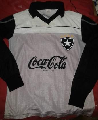 Outra camisa bastante lembrada é cinza, com mangas pretas e patrocínio da Coca-Cola, também na década de 90