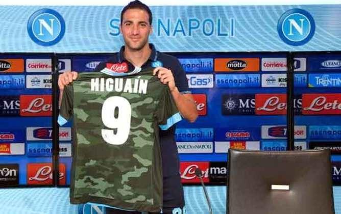 Outra camisa da Napoli que chamou a atenção foi a camuflada, com cores parecidas com as do exército, o time parecia um verdadeiro esquadrão de guerra dentro de campo