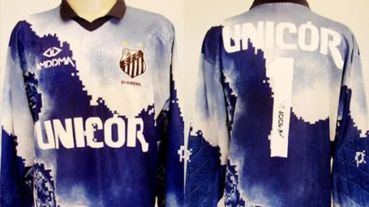 Outra camisa utilizada pelos goleiros do Santos e que ficou marcada foi da de 1994, que parecia um mapa de tesouro nas cores azul e branca.