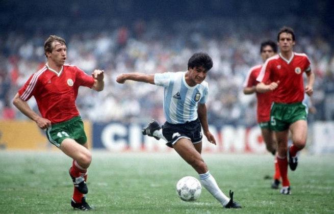 """Outro argentino que recebeu a alcunha de """"Novo Maradona"""" foi Claudio Borghi. As semelhanças com Diego eram grandes: Borghi surgiu na base do Argentinos Juniors, jogando pelo meio, com a camisa 10. Ele fez parte do elenco argentino que conquistou a Copa do Mundo de 1986, ao lado de Maradona, mas depois disso não conseguiu vingar. Jogou com a camisa do Milan, Flamengo e outros clubes. Hoje é treinador."""
