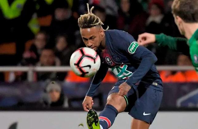 Outro corte que chamou muita atenção foi quando Neymar fez dreads, que pesar de não durarem muito no cabelo do brasileiro, foram muito populares enquanto duraram.
