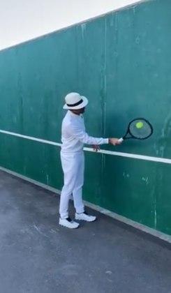 Outro craque do tênis, Roger Federer também lançou um desafio nessa quaretena. O suíço, em frente a uma parede, se posiciona lateralmente e com a raquete e a bolinha produz inúmeros voleios contra a parede