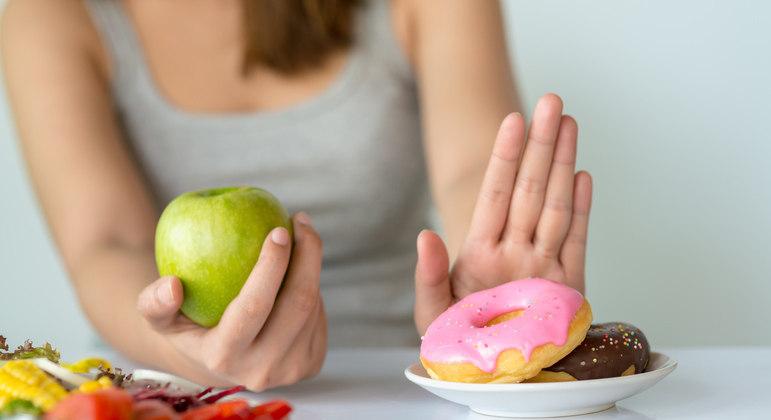 Outro cuidado importante para conquistar um sorriso perfeito é a adoção de uma alimentação balanceada e livre, principalmente, de açúcar.