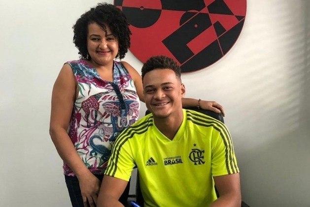 Outro destaque da base do Flamengo é o atacante Rodrigo Muniz. O jovem subiu aos profissionais e espera uma chance com Jorge Jesus. Ao todo, o atleta de 18 anos balançou as redes adversárias em 15 oportunidades das 16 vezes em que esteve em campo pelo clube da Gávea pela Copa do Brasil sub-20. Tem contrato até maio de 2024.