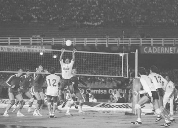 Outro esporte entrou em cena no Maracanã. O Desafio Internacional de Vôlei entre Brasil e União Soviética, marcado para o dia 17 de julho de 1982, mudou para o dia 26 devido ao mau tempo. Mas não conseguiu driblar a chuva, que novamente compareceu para render momentos inusitados.