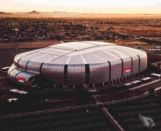 """Outro exemplo recente é do Arizona Cardinals, que foi liberado para receber 750 pessoas na partida contra o Detroit Lions, no domingo, no State Farm Stadium. De acordo com a repórter Katherine Fitzgerald, do jornal """"Arizona Republic"""", o grupo será formado por familiares e amigos dos jogadores, comissão técnica, funcionários da equipe, e serão espaçados no lado oeste do estádio"""