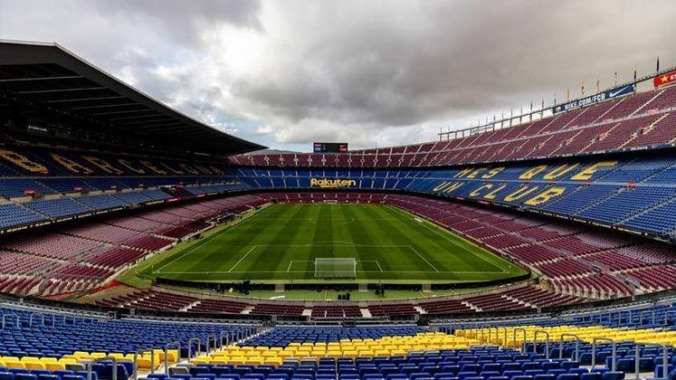 Outro fator fundamental para que o Barcelona deixasse de arrecadar dinheiro foi a pandemia de Covid-19. Sem o público no Camp Nou e os torcedores impossibilitados em fazer o tour no estádio e ir até a loja oficial (grandes fontes de renda do clube catalão), o Barcelona foi o clube europeu mais impactado pela pandemia
