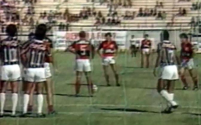 Outro Fla-Flu marcante para os rubro-negros aconteceu em 1989, quando Zico fez seu último jogo oficial como atleta do Flamengo, no dia 2 de dezembro. Para melhorar, o clube aplicou uma goleada de 5 a 0 sobre o Fluminense, em Juiz de Fora, em partida válida pelo Brasileiro. O camisa 10 marcou um belo gol de falta