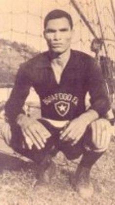 Outro goleiro da lista é MANGA, que atuou em 442 partidas na meta do Botafogo. Com o Glorioso, o eterno ídolo venceu cinco Cariocas, três Rio-São Paulo e a Taça Brasil.