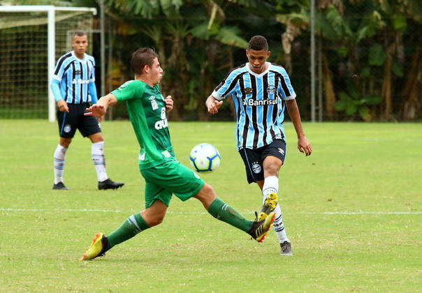 Outro gremista que deve ganhar chances é o meia Diego Rosa, de 17 anos. Campeão mundial sub-17 com a Seleção Brasileira, o jovem tem contrato apenas até o final de 2021, com multa de € 50 milhões (cerca de 299 milhões de reais).