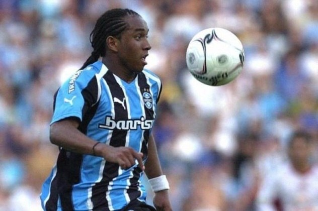 Outro meia que estreou jovem foi Anderson. O jogador estrou com 16 anos na Batalha dos Aflitos, em 2005, contra o Náutico. Na carreira, atuou no Manchester United, da Inglaterra.
