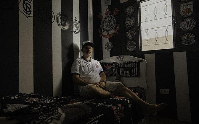 Outro torcedor do Timão em seu quarto estilizado com as cores do clube e vestindo a nova camisa.