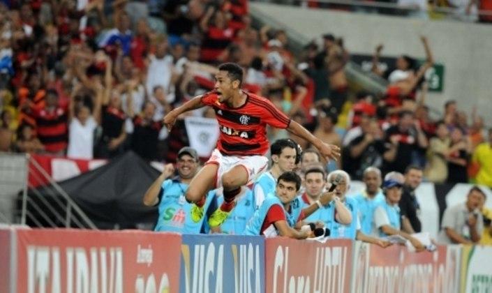OVACIONADO EM OUTRO CLÁSSICO - 23 de outubro de 2013 marcou, possivelmente, o dia mais especial de Hernane pelo Flamengo. Contra o Botafogo, pela semifinal da Copa do Brasil, marcou três vezes na goleada por 4 a 0 e saiu ovacionado pela torcida. Atuação de almanaque.
