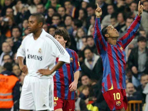 Ovacionado no Santiago Bernabéu - Talvez a maior partida da carreira de Ronaldinho tenha sido o baile em pleno Santiago Bernabéu na temporada 2005/2006. O brasileiro marcou duas vezes e foi aplaudido pelos torcedores merengues.