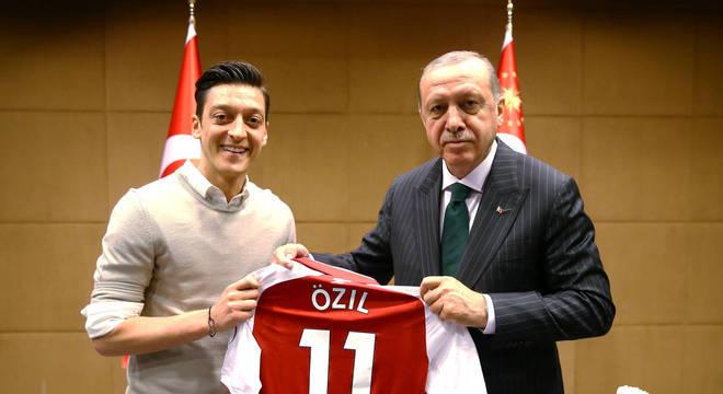 Foto com Erdogan causou dores de cabeça para Özil, que não joga mais pela Alemanha