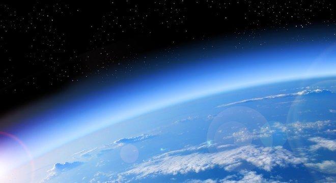 A camada de ozônio protege dos efeitos nocivos da radiação solar e fica de 25 km a 30 km da superfície da Terra
