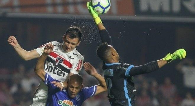 Pablo, Carlinhos e Jordi disputam bola no empate entre São Paulo e CSA
