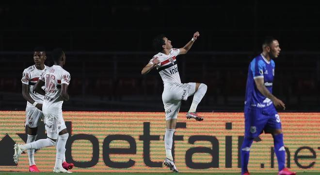 Pablo marcou um belíssimo gol de voleio na vitória do São Paulo