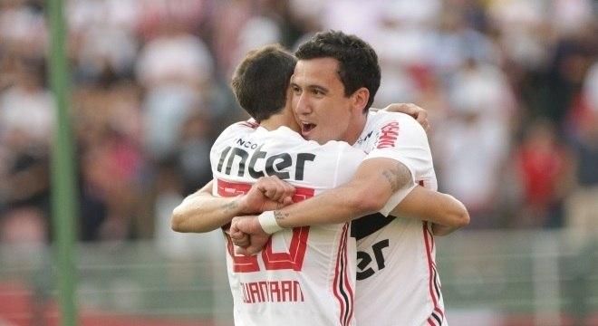 Pablo e Juanfran comemoram gol que abriu caminho para vitória do São Paulo