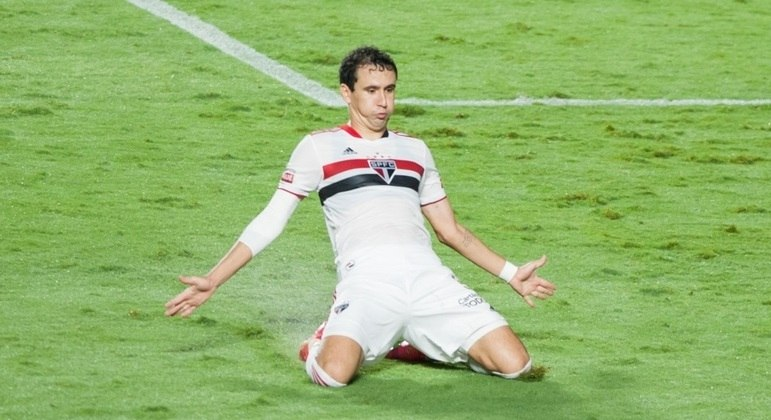 Pablo percebeu John adiantado e marcou gol de cobertura para o São Paulo