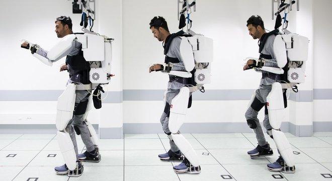 E quando ele pensa em andar, isso dispara uma série de instruções que levam o aparelho a mover as pernas