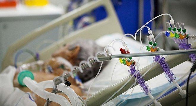 Estima-se que 5% dos infectados pelo coronavírus precisam de respiração assistida