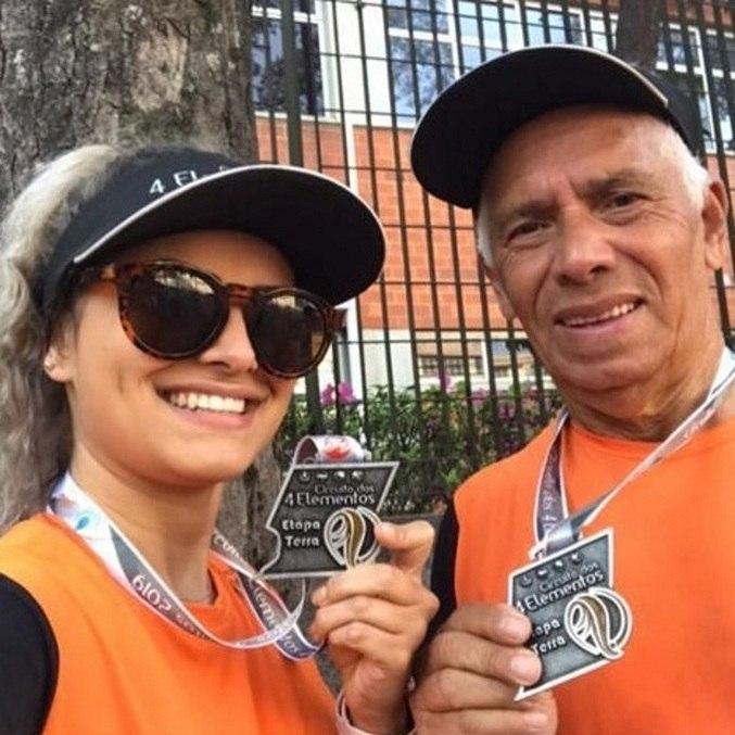 José, de 77 anos, ao lado da neta, após uma competição, agora luta pela vida