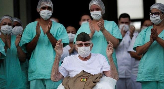 Ex-combatente da 2ª guerra, de 99 anos, deixa hospital no DF após se curar da covid-19