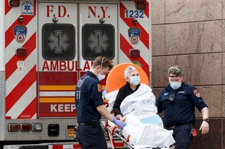 Paciente é levado para a emergência de hospital em Nova York