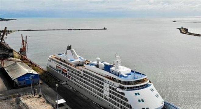 Paciente foi levado para o Real Hospital Português. Navio bahamense atracou no terminal na quinta-feira (12).