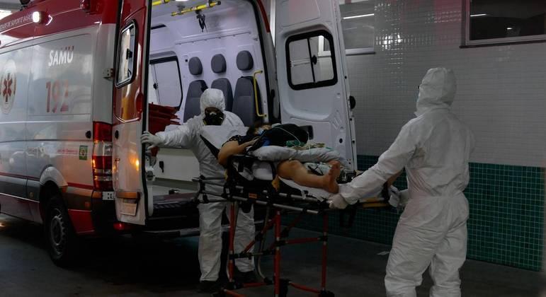 Média de mortes diárias por covid-19 continua em alta no país