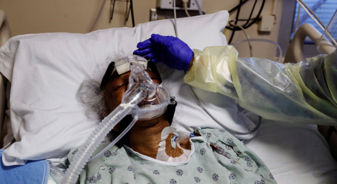 Idosa recebe tratamento durante internação por conta da covid-19