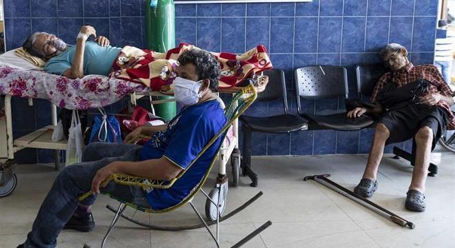 Pacientes aguardam no Hospital Regional de Iquitos, na selva amazônica peruana