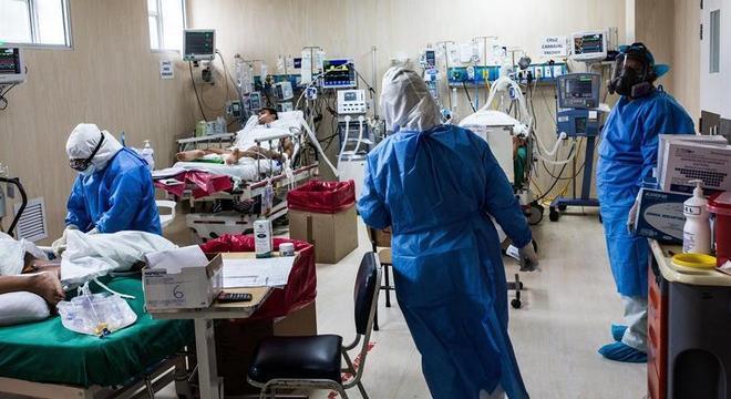 Pacientes com covid-19 recebem atendimento em hospital em Lima, no Peru