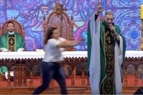 Resultado de imagem para padre marcelo rossi derrubado