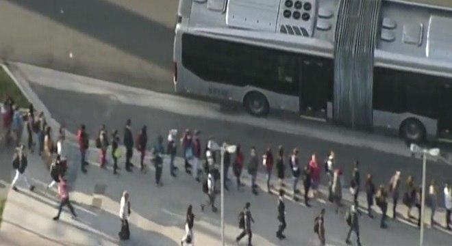 Passageiros enfrentam longas filas para embarque nos ônibus do Paese