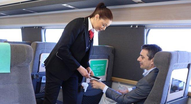 Neste trem, é possível pagar o bilhete com a mão