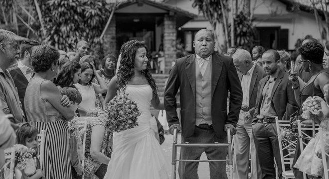 De andador, pai de Ariana Nascimento fez questão de levá-la até o altar