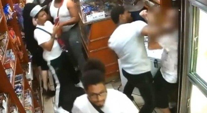 Pai e filha são agredidos em loja de bebidas