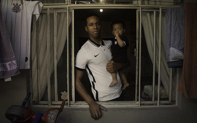 Pai e filho corintianos participam da campanha da Nike sobre a nova camisa.