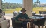 'Gente, vocês pensavam que eu não sabia tocar violão, mas estou aqui tocando modão', brincou ele, em postagem feita nas redes sociais
