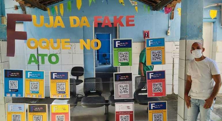 Painel com QR Code sobre fake news feito pelos alunos do professor Glaucio Ramos