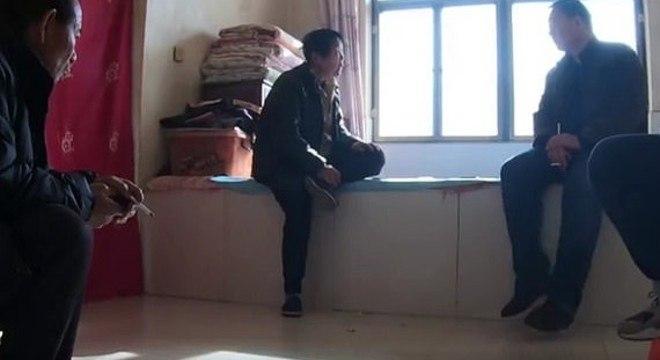 A mãe de Kang, ao centro, acusou o ex-marido da filha de deixá-la 'solitária'