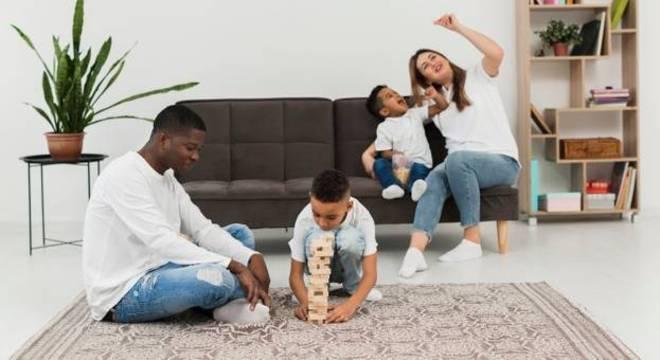 Postura dos pais é decisiva para ajudar as crianças a lidar com o medo e a saudade