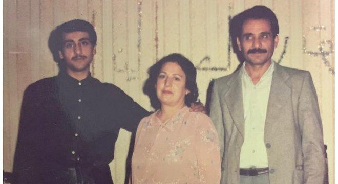 Paknoosh (à esquerda), a mãe Eshrat e o pai dele, Hojatollah: pouco tempo após essa foto ser tirada na sala de casa, o jovem foi embora